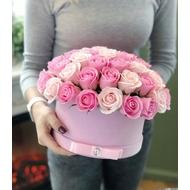 Букет в круглой шляпной коробке большой розовой бархатной
